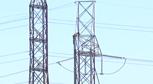 Man climbs to top of electrical town in New Orleans / Courtesy of WVUE live stream