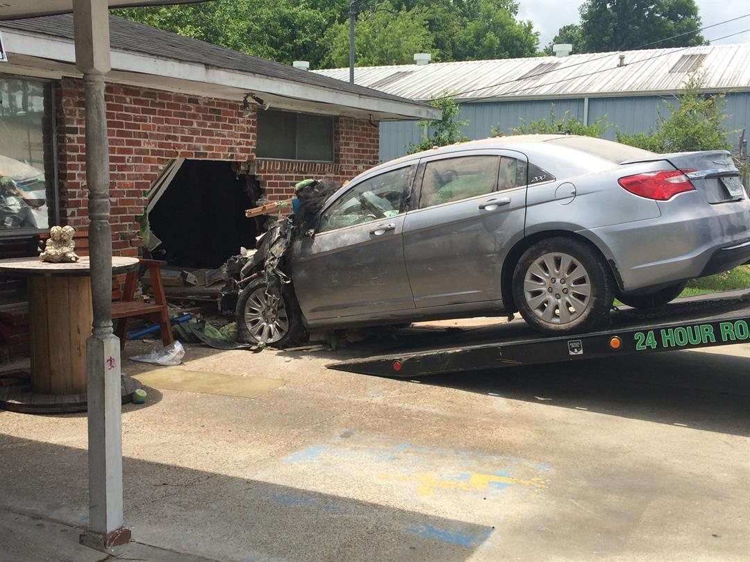 Woman crashes into Lake Charles home / KPLC