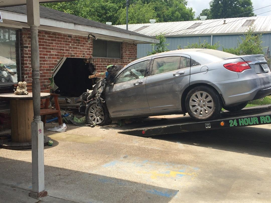 Woman crashes into Lake Charles home / KPLC