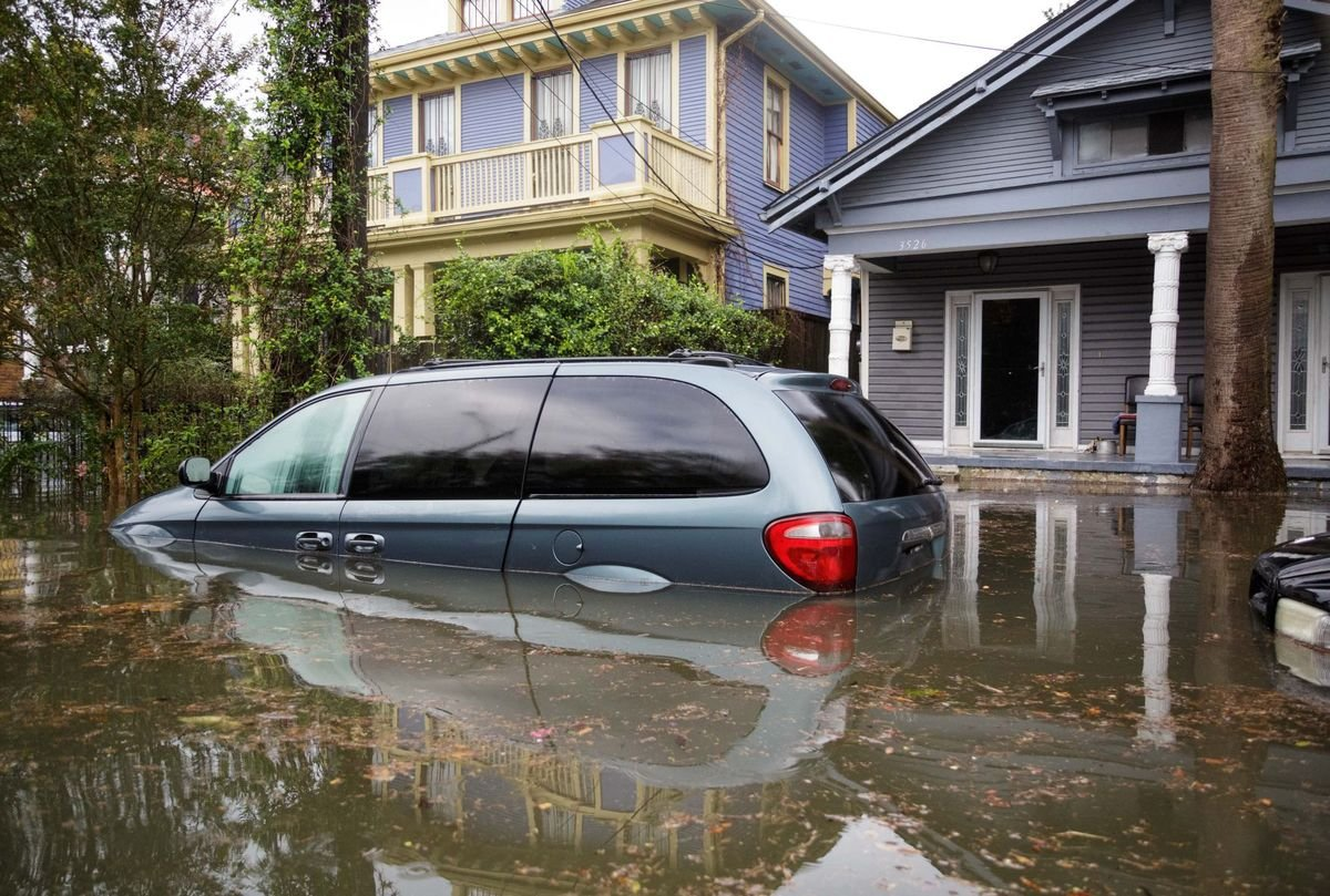 Flood waters rise and threaten damages to cars throughout Midcity during a flash flood in New Orleans / The New Orleans Advocate