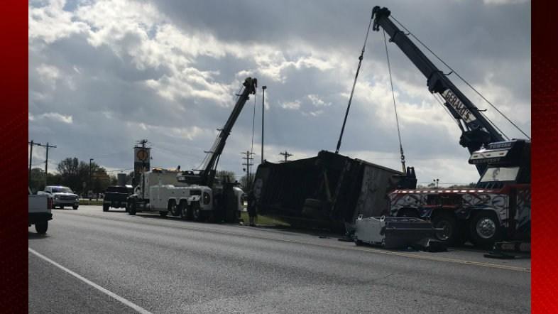 Crews work to right toppled trailer in Duson / Duson Police