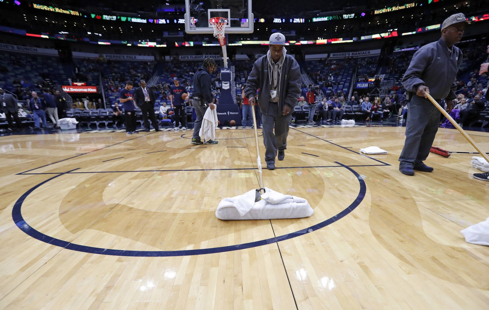 Indiana Pacers-New Orleans Pelicans game delayed due to leaky roof